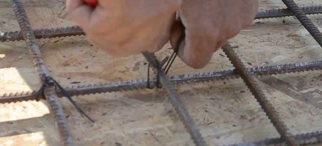 вязка арматуры при помощи проволоки